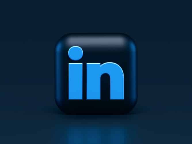 Image of LinkedIn's logo, in an article to help you discover the main benefits of local social media accounts for businesses, plus the main setbacks. Decide what's right for you.